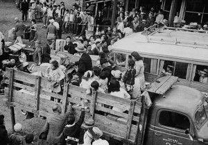 Des Canadiens d'origine japonaise sont transportés vers des camps de détention de l'intérieur de la Colombie-Britannique, en 1942. Credit: Tak Toyota / Library and Archives Canada / C-046350 Restrictions on use: Nil