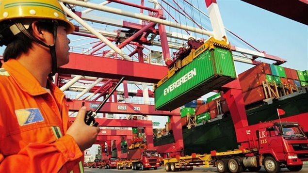 Des conteneurs sont chargés dans le port de Qingdao. La croissance de la deuxième plus grande économie du monde a baissé à 8,1 % dans les trois mois se terminant en Mars. (STR / AFP / Getty)