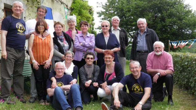 Depuis 31 ans le Radio club du Perche en France dont est membre notre invité Paul Jamet ( sur la gauche avec un T-Shirt bleu foncé ) organise la « Rencontre des Amis de la Radio » qui a pour objectif de promouvoir l'écoute des radios internationales et de défendre la langue française.