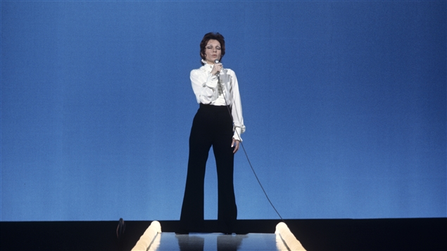 La chanteuse Monique Leyrac durant une prestation sur scène en 1970. © Radio-Canada/Francis J. Menten