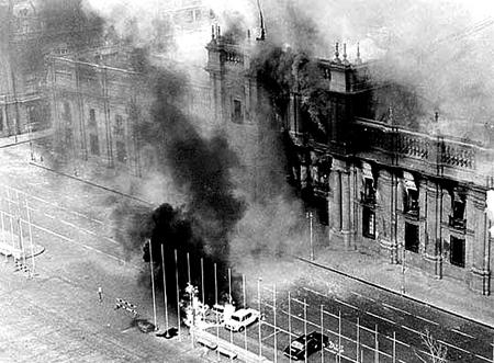El Palacio de la Moneda durante el bombardeo del 11 de septiembre de 1973 - Wikipedia