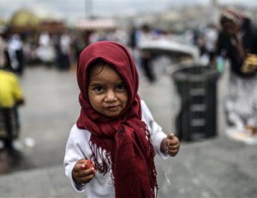 Une jeune réfugiée syrienne mange des restes que sa mère a trouvé dans une poubelle, à Istanbul. © Getty Images/AFP/Bulent Kilic
