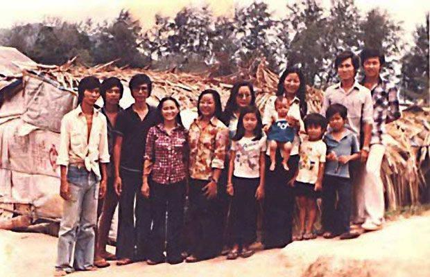 Kim au centre de la photo entourée de sa famille avant son départ du camp de réfugié.