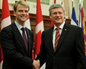 Le ministre canadien de l'Immigration, Chris Alexander en compagnie du premier ministre du Canada, Stephen Harper. CBC news