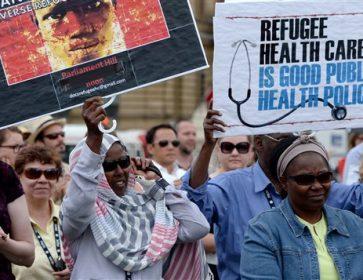 Des manifestants en 2014 devant la colline du Parlement du Canada pour dénoncer la réforme des soins de santé aux réfugiés. Photo : PC/Sean Kilpatrick