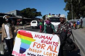 Junior Mayema milite dans les rue Cape Town contre la discrimination.