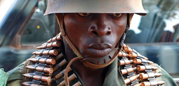 Un soldat en République démocratique du Congo qui monte la garde près d'une caserne dans la ville de Bria. (Goran Tomasevic / Reuters)