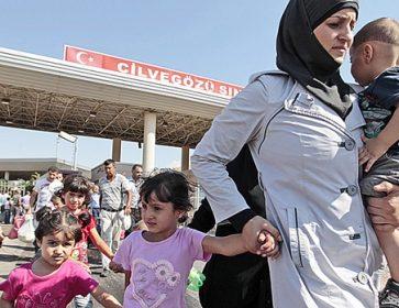 Des réfugiés syriens traversent la frontière turque. Gregorio Borgia / Associated Press