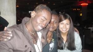 Junior Mayema au centre de la photo est entouré par des amis à Cape Town en Afrique du Sud.
