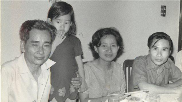 幼时与父母家人在一起-Offerte par Mme Kim Thuy