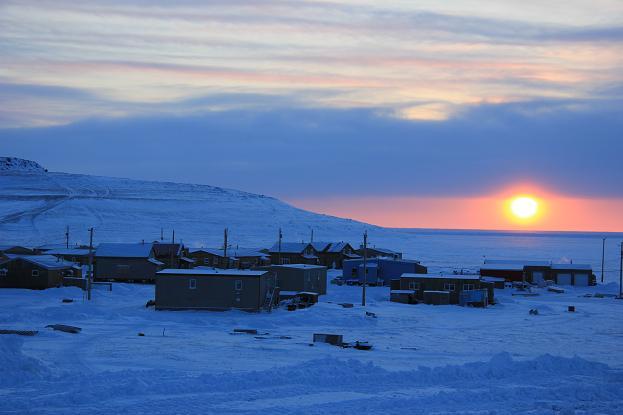 Ulukhaktok au coucher du soleil. Relancer la collection permettrait-il de relancer la communauté? Photo : Eilís Quinn