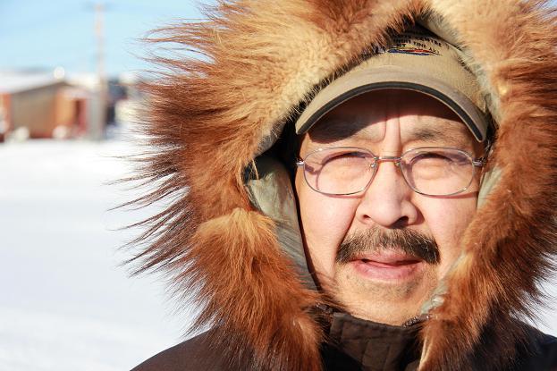 Légende de la photo : Louie Nigiyok, artiste et graveur d'Ulukhaktok. Photo:Eilís Quinn