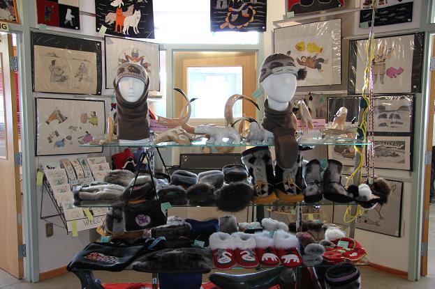 Légende de la photo : Boutique de cadeaux au Ulukhaktok Arts Centre, mettant en vedette des créations d'artistes locaux. Ces créations rapportent des millions, selon le ministère de l'Industrie, du Tourisme et de l'Investissement des Territoires du Nord-Ouest. Photo : Eilís Quinn