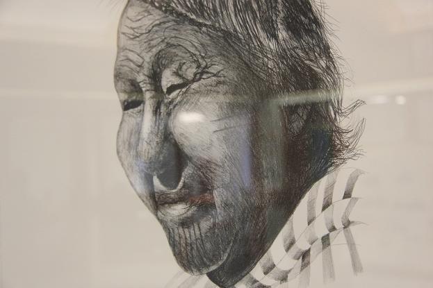 Légende de la photo : Portrait de l'artiste Helen Kalvak, accroché dans le hall de l'école nommée en son honneur à Ulukhaktok. Photo : Eilís Quinn