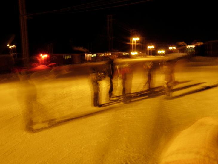 Des enfants jouent au hockey à Clyde River, au Nunavut. Selon les spécialistes, plus il y a de jeunes qui parlent la langue inuite, plus celle-ci a des chances de survivre à long terme. Photo : Eilís Quinn.