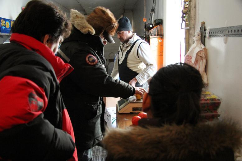 Bill Rutherford aide des clients dans sa remorque. Photo : Eilís Quinn