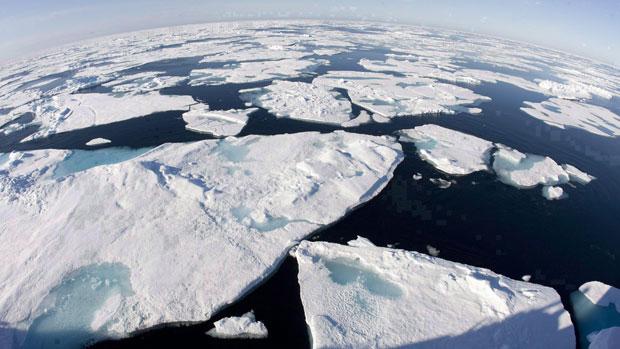 Selon des documents obtenus par la Presse Canadienne, le Canada ferait pression pour qu'on interdise tout déversement de résidus pétroliers et de déchets quel que soit l'endroit au Nord.(Jonathan Hayward/La Presse canadienne)