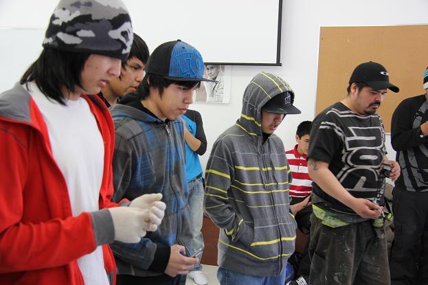 Légende photo : Les jeunes de Deline participant à un atelier de savoir-faire traditionnel. Photo : Eilís Quinn.