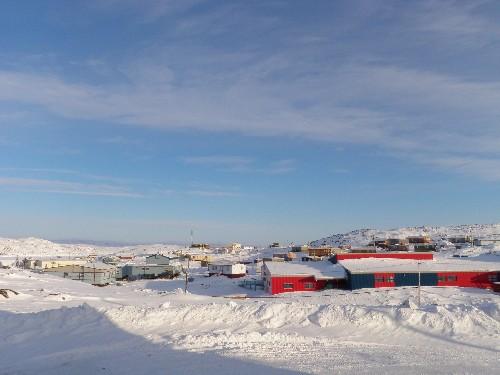 Cape Dorset, petit village inuit de 1200 âmes dans l'est du Nunavut. C'est là que Jonathan Verreault effectue son étude sur les goélands bourgmestres. (Eilis Quinn / Regard sur l'Arctique)