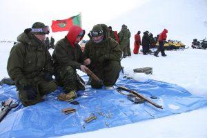 Des militaires canadiens apprennent à se servir d'un fusil Lee Enfield. Photo Levon Sevunts