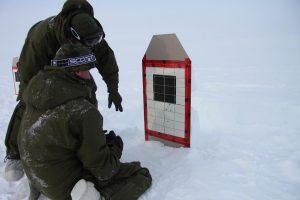 Deux soldats canadiens repèrent leurs tirs sur une cible. Photo Levon Sevunts.