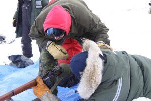 L'officier responsable du champ de tir examine un fusil. Photo Levon Sevunts.