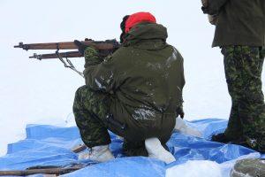 Un officier australien participant à un programme d'échange avec les Forces canadiennes s'exerce au tir avec un fusil Lee Enfield. Photo Levon Sevunts.