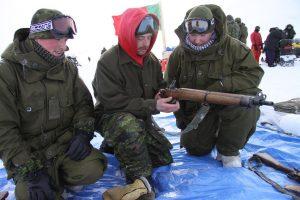 Un instructeur montre comment insérer le chargeur dans le fusil. Photo Levon Sevunts.