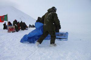 Les soldats recouvrent leur fusil avec une toile pour les protéger de la neige. Photo Levon Sevunts.