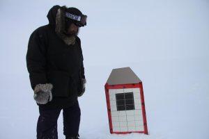 Un Ranger canadien examine sa cible. Photo Levon Sevunts.