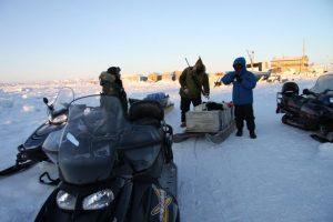 Des chasseurs inuits aux abords d'Iqaluit, au Nunavut, se préparent à partir pour la chasse au phoque dans la baie de Frobisher. Photo Levon Sevunts.