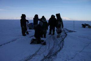 Des chasseurs inuits se préparent à tendre leurs filets dans une fissure entre deux plaques de glace. Photo Levon Sevunts.