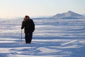 Elijah Pallituq, chasseur et guide inuit, arpente les fissures sur la mer glacée à la recherche des trous d'air qu'utilisent les phoques pour respirer. Photo Levon Sevunts.