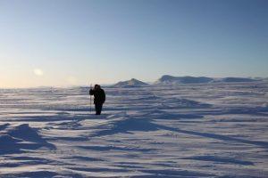 Elijah Pallituq, chasseur et guide inuit, arpente les fissures sur la mer glacée à la recherche des trous d'air qu'utilisent les phoques pour respirer. Photo Levon Sevunts..