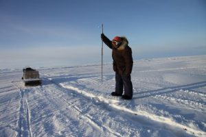 Elijah Pallituq montre comment les chasseurs inuits utilisent leur harpon pour chasser les phoques sous la glace. Photo Levon Sevunts.