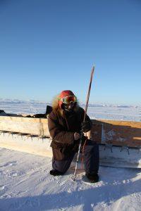 Elijah Pallituq, chasseur et guide inuit, montre comment utiliser un harpon pour chasser le phoque en situation d'urgence. Photo Levon Sevunts.