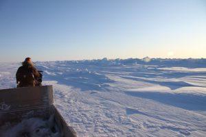 Elijah Pallituq, chasseur et guide inuit, conduit sa motoneige sur la crête des plaques de glace se chevauchant. Photo Levon Sevunts.