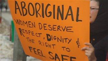 Une manifestante, à Winnipeg, revendique la sécurité pour les femmes autochtones. (archives)