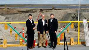 Le premier ministre Stephen Harper à droite , le ministre des Affaires indiennes et du Nord Jim Prentice à gauche et Peter Gillin de Tahera Diamond lors de l'ouverture officielle de la mine de diamant Jericho en août 2006 au Nunavut. Shear Diamonds a acheté la mine en 2010 après la faillite de Tahera. (Jeff McIntosh/La Presse Canadienne)