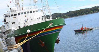 A skiff runs alongside the Greenpeace vessel Esperanza on Wednesday, June 27, 2012 at Kodiak City Pier 2. (James Brooks / Kodiak Daily Mirror / AP)