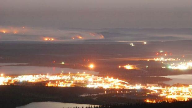 Les lumières de Wabush au Labrador et les feux de forêt tout près. (Courtoisie Joël Dumais / CBC.ca)