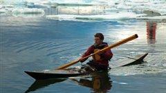 Éric McNair-Landry à bord d'un kayak traditionnel inuit (Photo proposée)