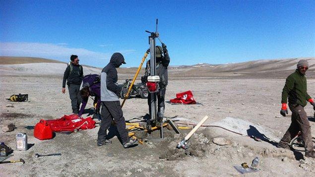 Une équipe de géologies et de'astyronautes canadiens au cratère de Haughton au Nunavut (Dr. Gordon Osinski/University of Western Ontario)
