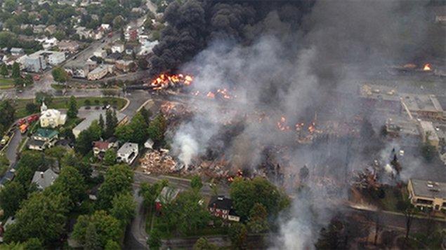 Vue aérienne de Lac-Mégantic lors de l'incendie qui a suivi le déraillement (CBC)