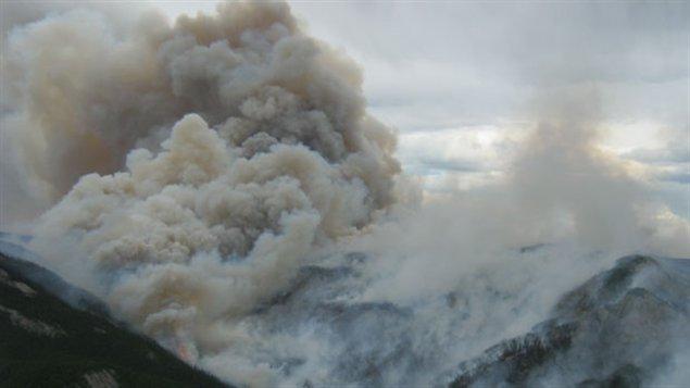 Photo aérienne prise le 2 juillet dernier du feu de forêt près de Wrigley dans les TNO (Ministère de l'Environnement et des Ressources naturelles des TNO)