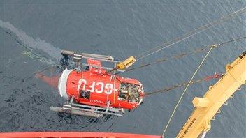 L'épave de l'hélicoptère est embarquée à bord du NGCC Henry Larsen.(Bureau de la sécurité des transports)