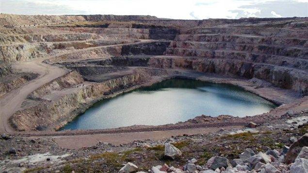 Site d'une mine abandonnée au Nunavut. Selon le Conference Board du Canada, un organisme indépendant de prévision économique, le territoire du Nunavut pourrait profiter en 2015 d'un taux de croissance économique de 3,7 %  (CBC)