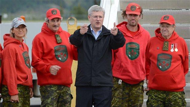 Le premier ministre canadien Stephen Harper à son arrivée à Whitehorse, au Yukon, première étape d'une tournée de six jours dans l'Arctique au mois d'août cette année. (Sean Kilpatrick / La Presse Canadienne)