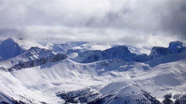 Des montagnes enneigées en Colombie-Britannique. C'est dans cette région très escarpée qu'on a créé le programme de prévention et de contrôle des avalanches le plus important du monde. (CBC)