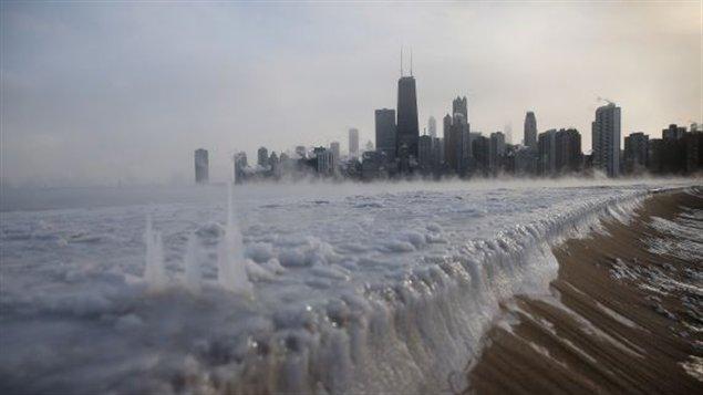 A Chicago, les bords du lac Michigan sont gelés. Les températures étaient tellement froides à Chicago que des milliers de vols ont dû être retardés ou annulés. À la grandeur des États-Unis et aux aéroports canadiens de Montréal et Toronto autour 3,530 vols ont été retardés et plus de 2,500 ont dû être annulés. (Scott Olson/Getty Images/AFP)
